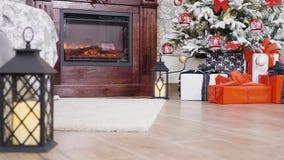 Sitio adornado agradable con el árbol de navidad y los presentes almacen de video