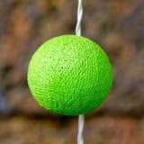 Sitio adornado con una bombilla de la cubierta de seda del color verde Fotos de archivo