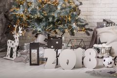 Sitio adornado de la Navidad con el árbol de abeto hermoso Foto de archivo