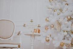 Sitio adornado de la Navidad con el árbol de abeto hermoso, fondo del Año Nuevo Fotos de archivo