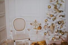 Sitio adornado de la Navidad con el árbol de abeto hermoso, fondo del Año Nuevo Imagenes de archivo