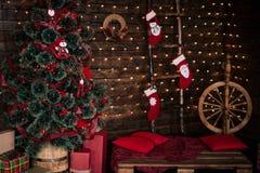 Sitio adornado de la Navidad con el árbol de abeto hermoso, fondo del Año Nuevo Fotografía de archivo libre de regalías