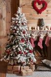Sitio adornado de la Navidad con el árbol de abeto hermoso Foto de archivo libre de regalías