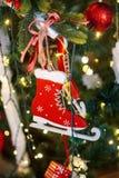 Sitio adornado holdiay hermoso con el árbol de navidad fotografía de archivo