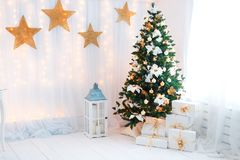 Sitio adornado holdiay hermoso con el árbol de navidad imagenes de archivo