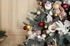 Sitio adornado holdiay hermoso con el árbol de navidad Decoraciones del Año Nuevo Foto de archivo