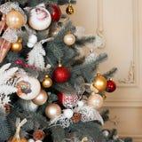 Sitio adornado holdiay hermoso con el árbol de navidad Decoraciones del Año Nuevo Imágenes de archivo libres de regalías