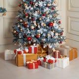 Sitio adornado holdiay hermoso con el árbol de navidad y presentes debajo de él Decoraciones del Año Nuevo Imagen de archivo libre de regalías