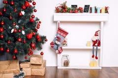 Sitio adornado holdiay hermoso con el árbol de navidad y presentes debajo de él Decoraciones del Año Nuevo Fotos de archivo