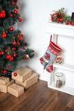 Sitio adornado holdiay hermoso con el árbol de navidad y presentes debajo de él Decoraciones del Año Nuevo Imagen de archivo