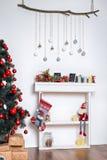Sitio adornado holdiay hermoso con el árbol de navidad y presentes debajo de él Decoraciones del Año Nuevo Foto de archivo libre de regalías