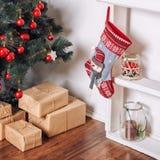 Sitio adornado holdiay hermoso con el árbol de navidad y presentes debajo de él Decoraciones del Año Nuevo Imagenes de archivo