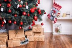 Sitio adornado holdiay hermoso con el árbol de navidad y presentes debajo de él Decoraciones del Año Nuevo Imágenes de archivo libres de regalías