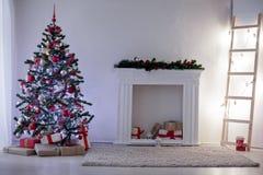 Sitio adornado para los regalos del árbol del Año Nuevo de los días de fiesta de la Navidad Fotos de archivo
