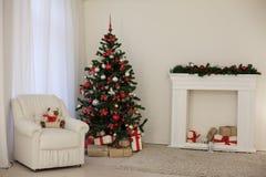 Sitio adornado para los regalos del árbol del Año Nuevo de los días de fiesta de la Navidad Foto de archivo