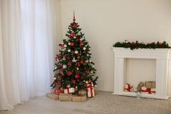 Sitio adornado para los regalos del árbol del Año Nuevo de los días de fiesta de la Navidad Fotografía de archivo libre de regalías