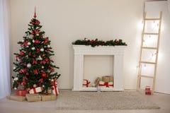 Sitio adornado para los regalos del árbol del Año Nuevo de los días de fiesta de la Navidad Fotos de archivo libres de regalías