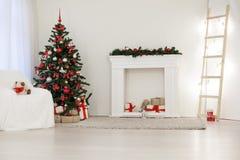 Sitio adornado para los regalos del árbol del Año Nuevo de los días de fiesta de la Navidad Imágenes de archivo libres de regalías