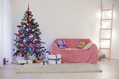 Sitio adornado para los regalos del árbol del Año Nuevo de la Navidad Foto de archivo