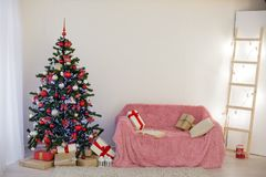 Sitio adornado para los regalos del árbol del Año Nuevo de la Navidad Imagen de archivo