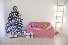 Sitio adornado para los regalos del árbol del Año Nuevo de la Navidad Foto de archivo libre de regalías