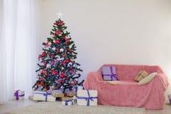 Sitio adornado para los regalos del árbol del Año Nuevo de la Navidad Fotografía de archivo libre de regalías