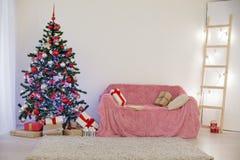 Sitio adornado para los regalos del árbol del Año Nuevo de la Navidad Fotos de archivo