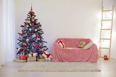 Sitio adornado para los regalos del árbol del Año Nuevo de la Navidad Imagen de archivo libre de regalías