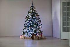 Sitio adornado para los regalos del árbol de navidad de la Navidad imagen de archivo