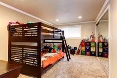 Sitio adulto joven encantador con la cama de dos niveles Fotos de archivo