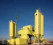Sitio amarillo del contruction con el silo imagenes de archivo
