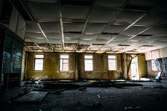 Sitio arruinado grande con las ventanas, sitio de centro de control en fábrica abandonada Fotografía de archivo libre de regalías