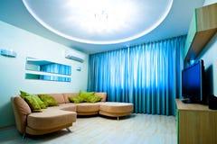 Sitio azul moderno con la TV y el sofá Foto de archivo libre de regalías