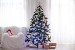 Sitio blanco adornado para los regalos del árbol del Año Nuevo de la Navidad Fotografía de archivo libre de regalías