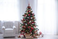 Sitio blanco adornado para los regalos del árbol del Año Nuevo de la Navidad Fotos de archivo libres de regalías