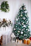 Sitio blanco con el árbol de navidad y el regalo colorido Imagen de archivo libre de regalías
