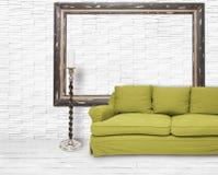 Sitio blanco con el sofá verde Fotografía de archivo libre de regalías