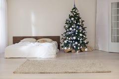 Sitio blanco de la decoración con los regalos de la Navidad del Año Nuevo de la cama Imágenes de archivo libres de regalías
