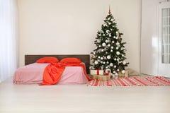 Sitio blanco de la Navidad del Año Nuevo con el árbol de navidad Fotos de archivo