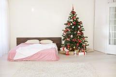 Sitio blanco de la Navidad del Año Nuevo con el árbol de navidad 2018 2019 Imagen de archivo libre de regalías