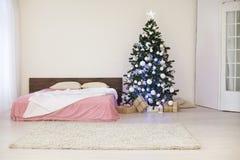 Sitio blanco de la Navidad del Año Nuevo con el árbol de navidad Imagen de archivo libre de regalías