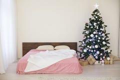 Sitio blanco de la Navidad del Año Nuevo con el árbol de navidad Imágenes de archivo libres de regalías