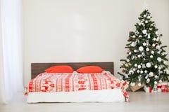 Sitio blanco de la Navidad del Año Nuevo con el árbol de navidad rojo de la decoración Imagen de archivo libre de regalías