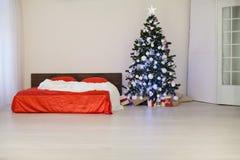 Sitio blanco de la Navidad del Año Nuevo con el árbol de navidad rojo de la decoración Imágenes de archivo libres de regalías