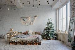 Sitio blanco del vintage, adornado para la Navidad Fotos de archivo