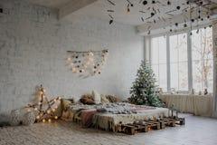 Sitio blanco del vintage, adornado para la Navidad Fotos de archivo libres de regalías