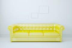 Sitio blanco, el sofá amarillo Foto de archivo libre de regalías