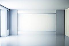 Sitio blanco vacío con una pared de cristal Imágenes de archivo libres de regalías