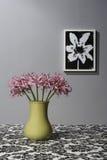 Sitio blanco y negro con el florero verde Imagen de archivo libre de regalías