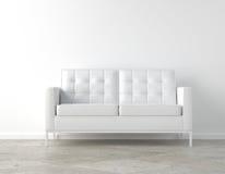 Sitio blanco y sofá Fotografía de archivo libre de regalías